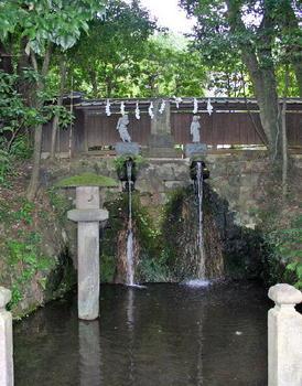 090921-10深大寺山門横の滝.JPG