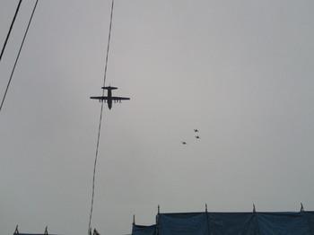 201010241140-2超低空飛行の軍用機と戦闘機の交差.jpg